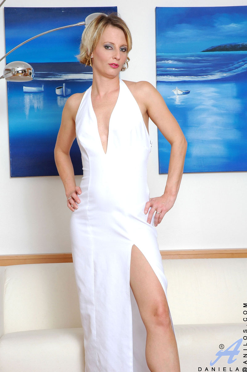 Glamorous milf vixen Daniela exposes her pale shapely ass