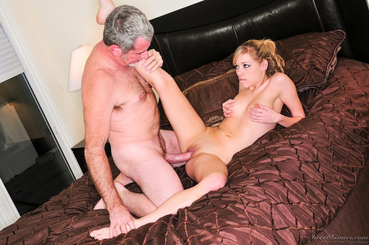Зрелый мужик трахает русскую девушку