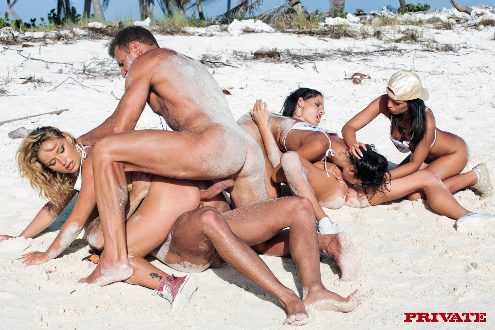 seks-na-nudiskiy-plyazh