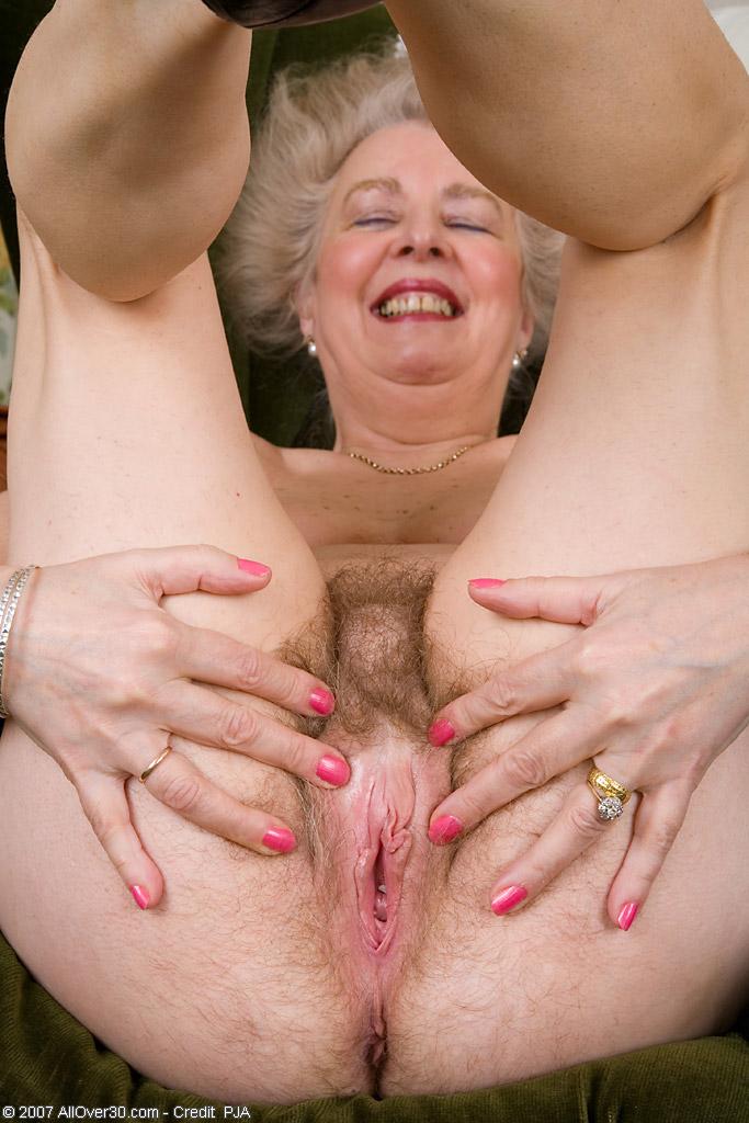Голая пиской бабушка с воласатой