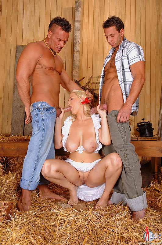 Три доярки ублажают мужика