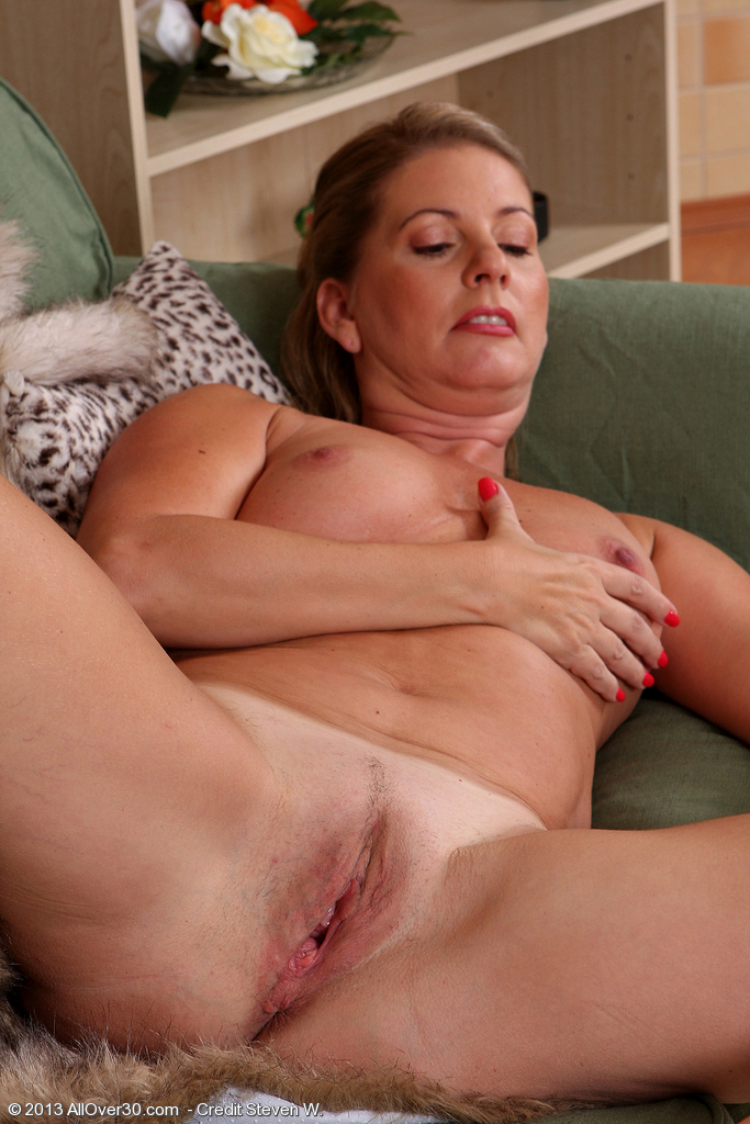 Mature mom pussy wide wife spread