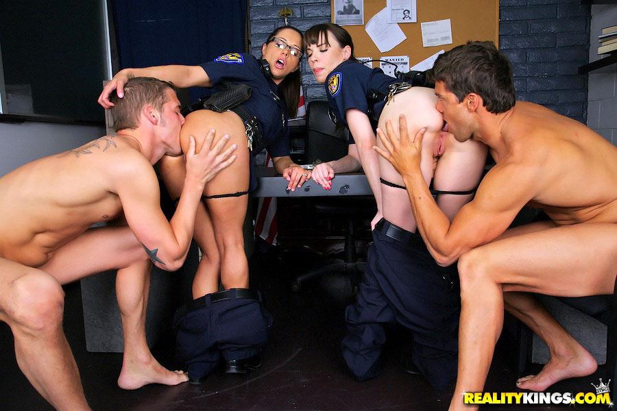 Полицейских Девушек Ебут
