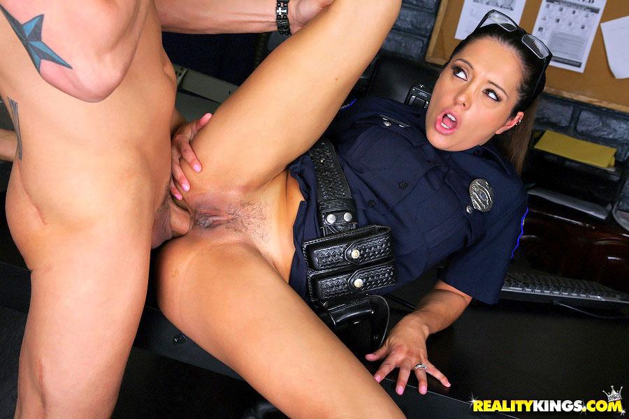 полицейских блондинка ролики и два порно