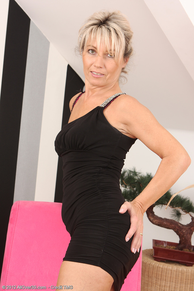 Gorgeous naked housewife Darling in high heels and tight